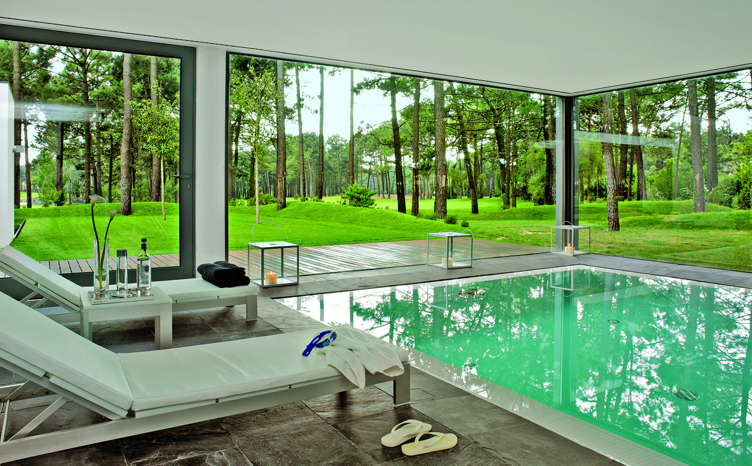 10 piscinas de interior alucinantes for Casas con piscina dentro