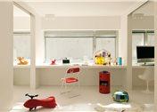 en la habitacin infantil silla pantone c mesa auxiliar roja con ruedas componibili