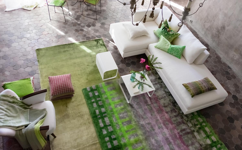 saln con piezas de la firma y dos alfombras de su nueva coleccin colonnade moss