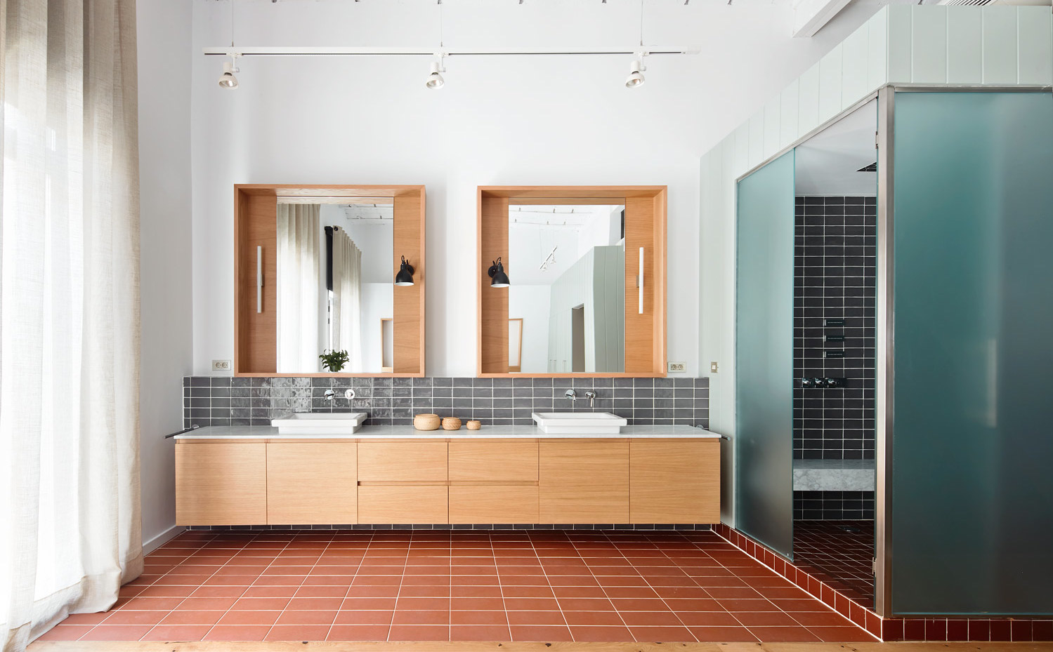 Foto ba o amplio con dos lavamanos espejos y paneles - Paneles para banos ...