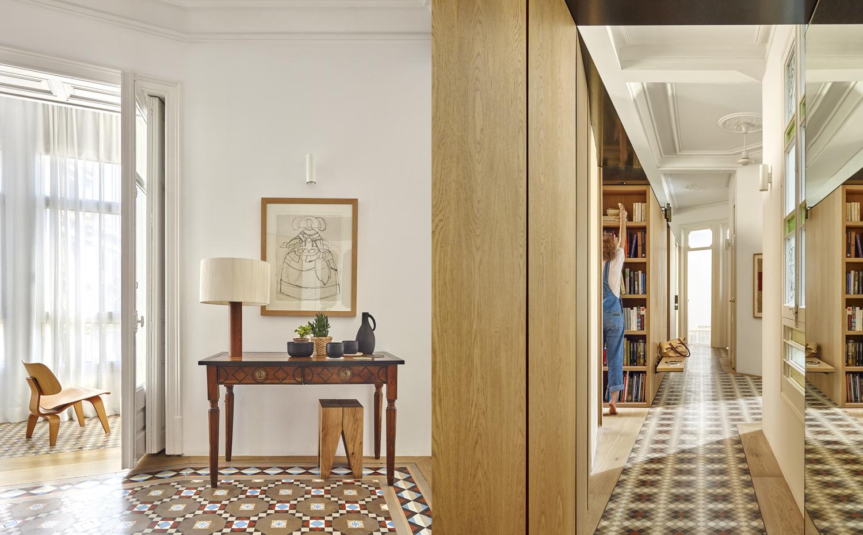 Reforma de apartamento en el eixample de barcelona por - Lamparas de pasillo ...