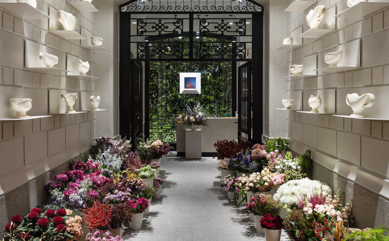 la entrada a la tienda es ahora por una floristera