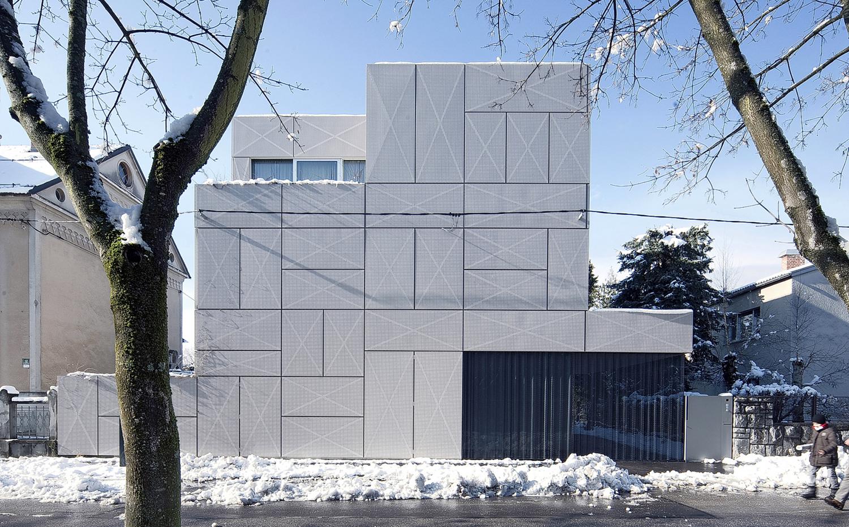 la casa se presenta como un volumen compacto de formas cbicas la fachada recubierta de