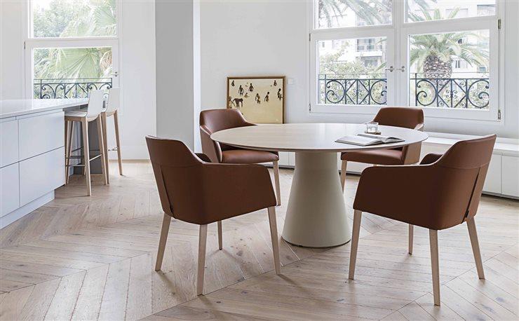 Andreu World solo trabaja con madera de bosques certificados FSC. En la imagen, las sillas Alya, de Lievore Altherr Molina, y la mesa Reverse, de Piergiorgio Cazzaniga