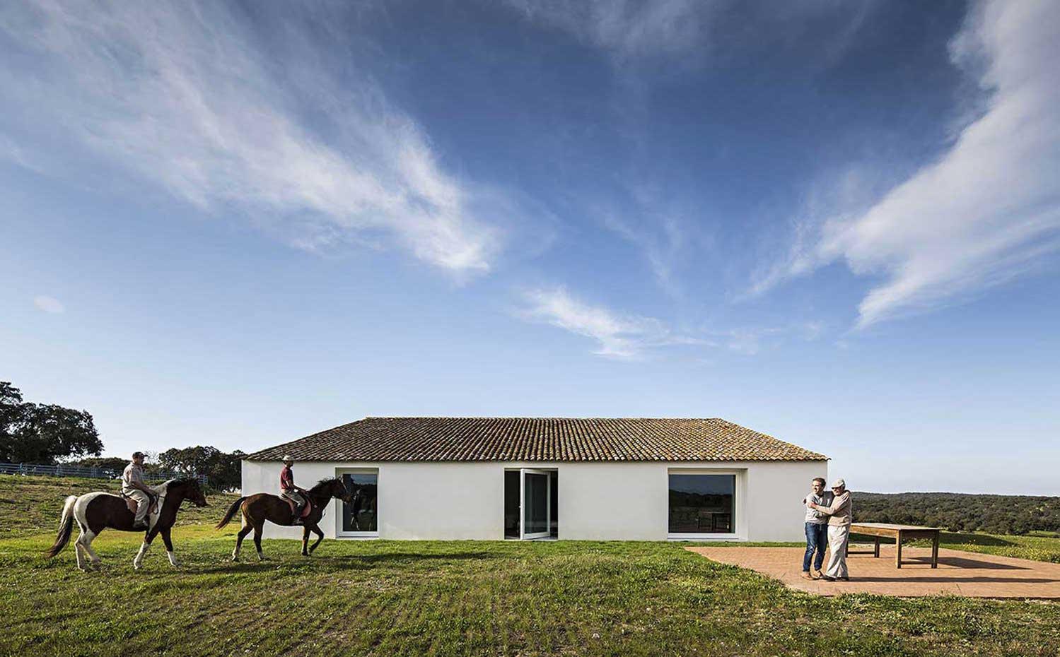 la casa ofrece una imagen arquetpica de construccin rural matizada por las grandes aberturas de