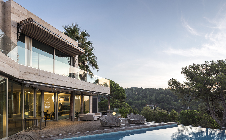 moderna casa de vacaciones en la costa brava de dosarquitectes. Black Bedroom Furniture Sets. Home Design Ideas