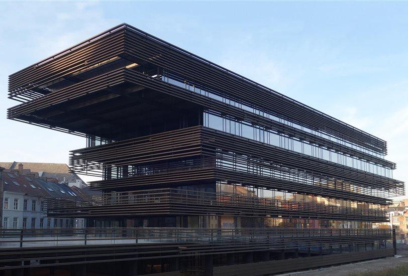 el edificio sigue la estructura de losas