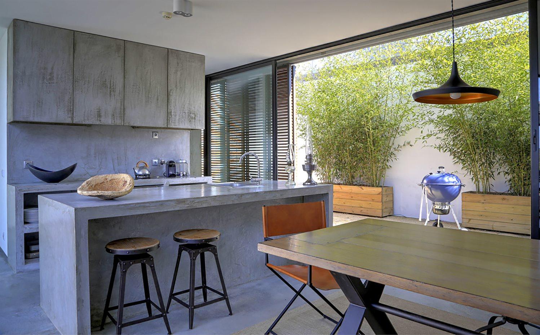 la-isla-y-los-muebles-de-la-cocina -estan-acabados-en-microcemento_1498x930_205d7c7f.jpg