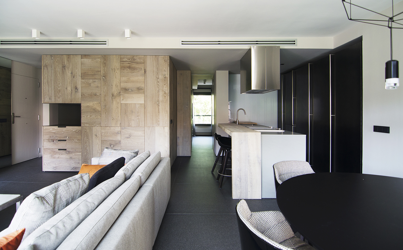 Un piso de elegante serenidad for Cocina y salon integrados