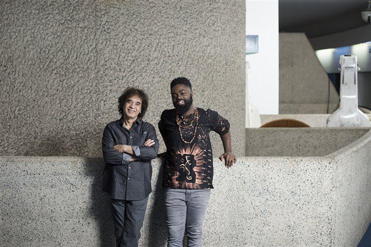 El músico indio Zakir Hussain junto al baterista de jazz neoyorquino Marcus Gilmore, colaborador de grandes músicos como ChickCorea, Wynton Marsalis y Steve Coleman.