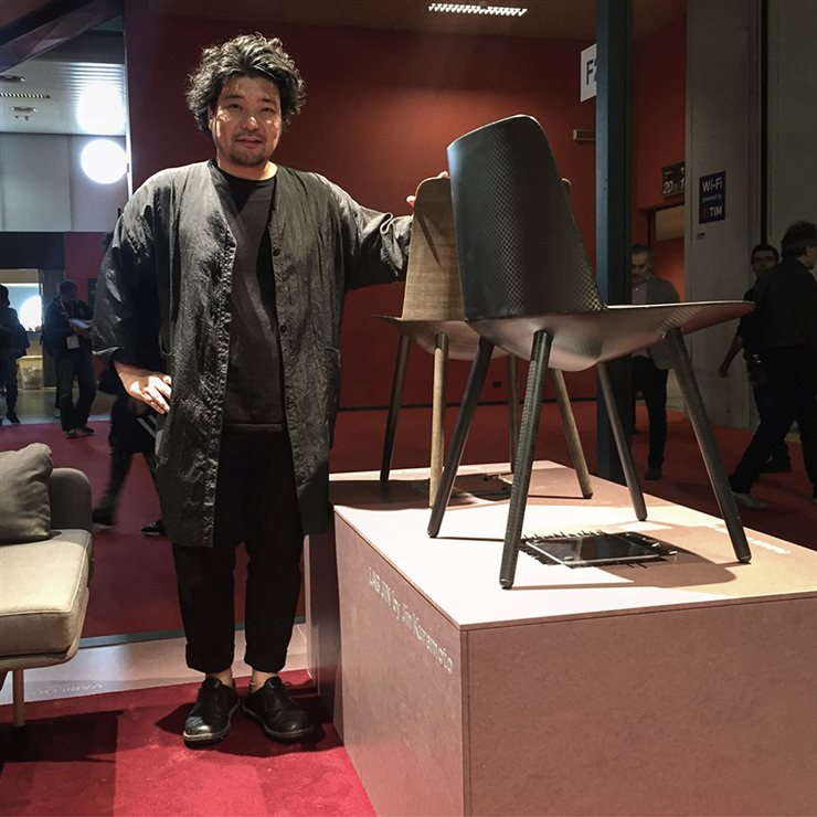 El autor junto a su silla en la Feria del Mueble de Estocolmo.