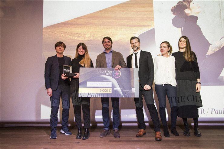 Los premiados por Rado, Paula Clavería y Pablo Vidiella, rodeado por miembros del jurado.