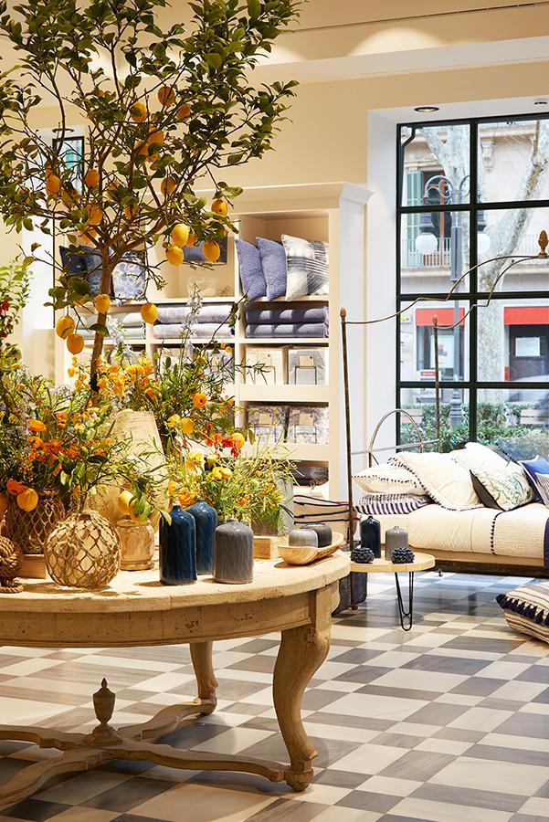 Detalle del interior de la tienda decorada con tonos cálidos.