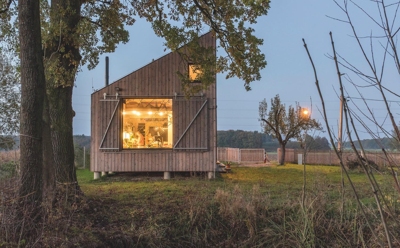 Para zonas rústicas, las viviendas modulares prefabricadas evitan la necesidad de maquinaria pesada al no requerir una cimentación profunda.