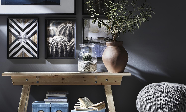 El diseño irregular del jarrón y el acabado de la mesa son la firma de INDUSTRIELL