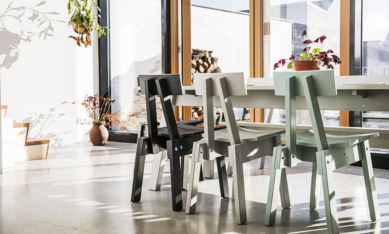 Las sillas de pino están disponibles en 6 colores diferentes