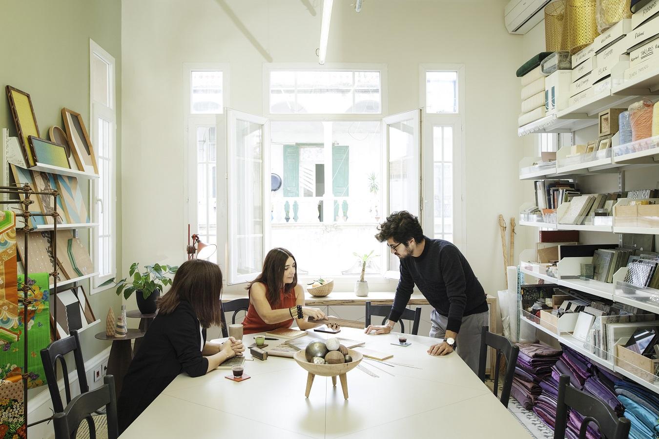 Su equipo trabajando en el estudio.