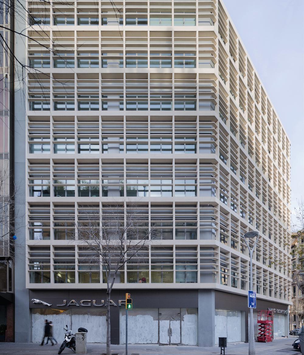 Ganadora Rehabilitar, sustitución de la fachada de un edificio de oficinas (Barcelona), porJoaquim Ortega y Massimo Preziosi.