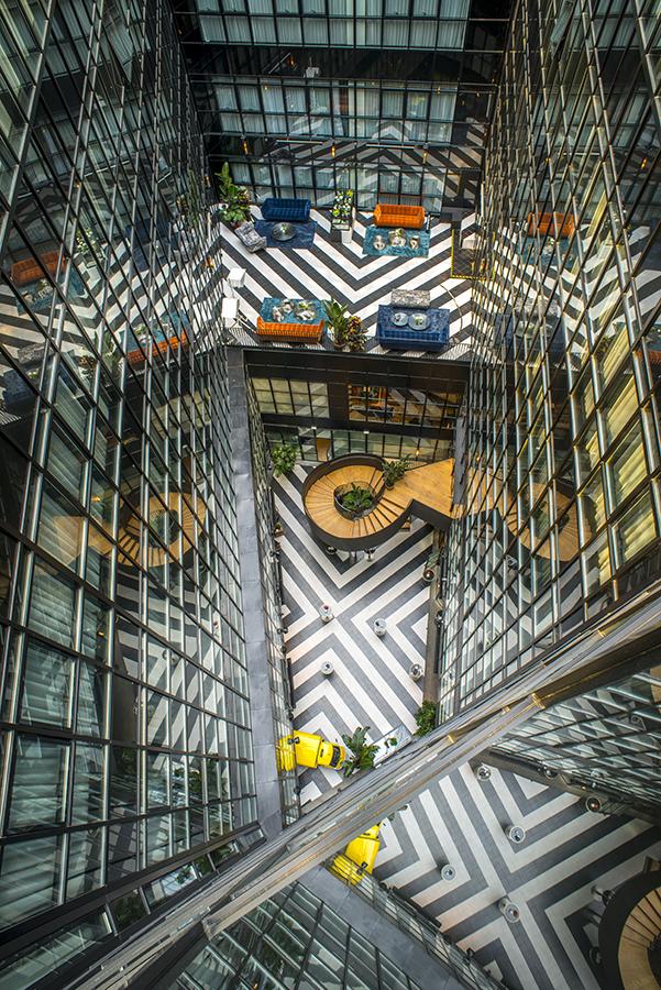 Vista aerea del espacio interior del hotel de corte industrial