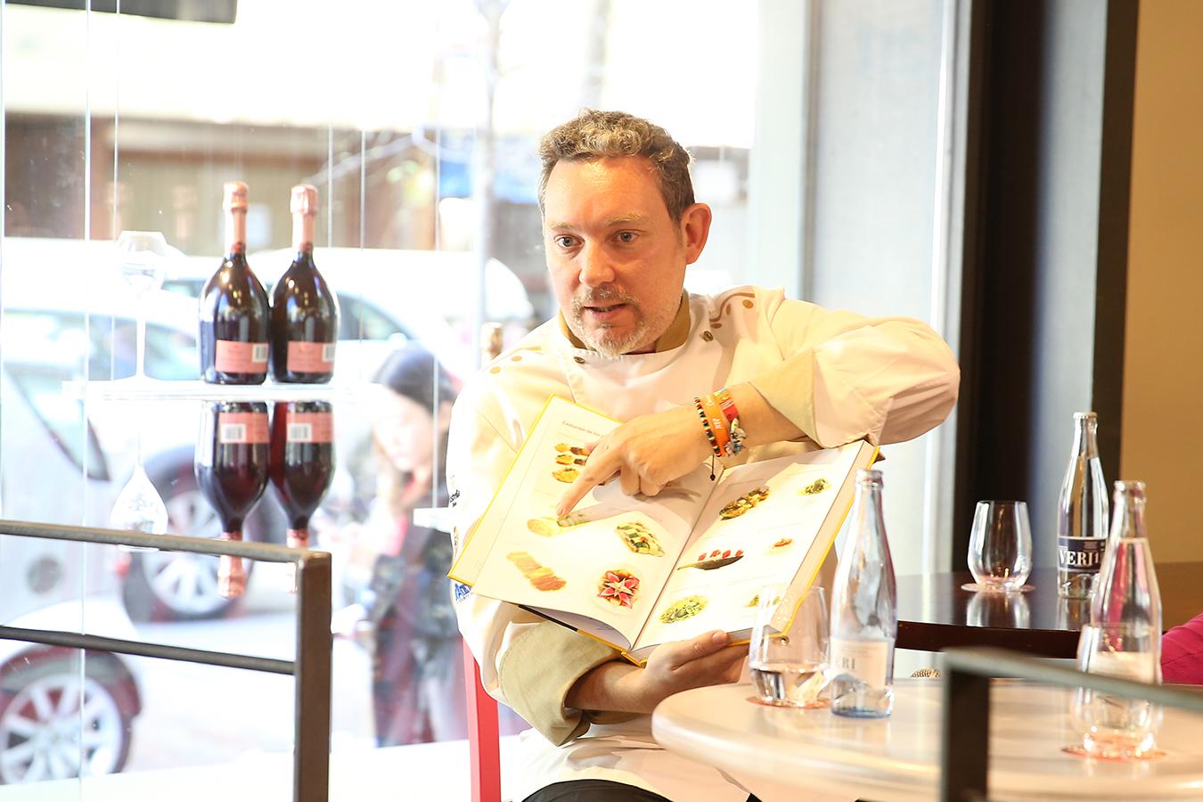 En la presentación del libro, el chef mostró cómo han evolucionado las tapas de Tickets a lo largo del tiempo.