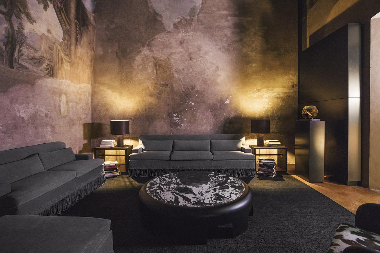 El-nuevo-sofa-rudi-fringe-ehibe-un-intrecciato-tejido-que-cae-a-modo-de-flecos_dd3d5716