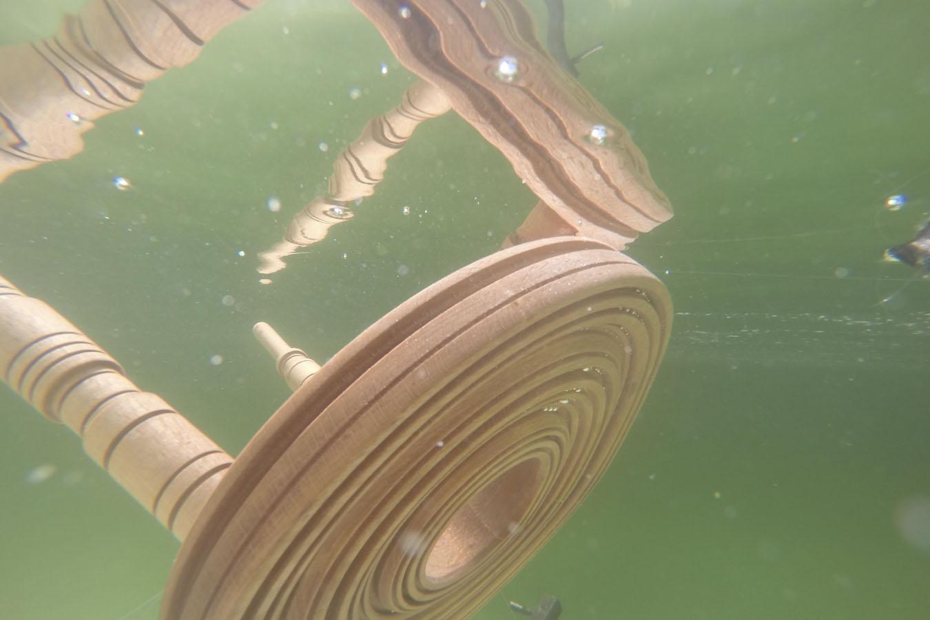 La taburetes de madera reciclada se sumergieron durante meses en el Mar Muerto