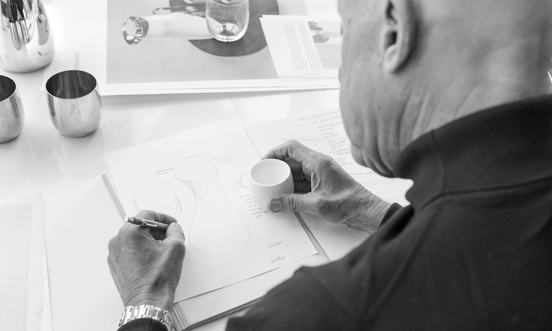 Norman Foster con los bocetos de la colección