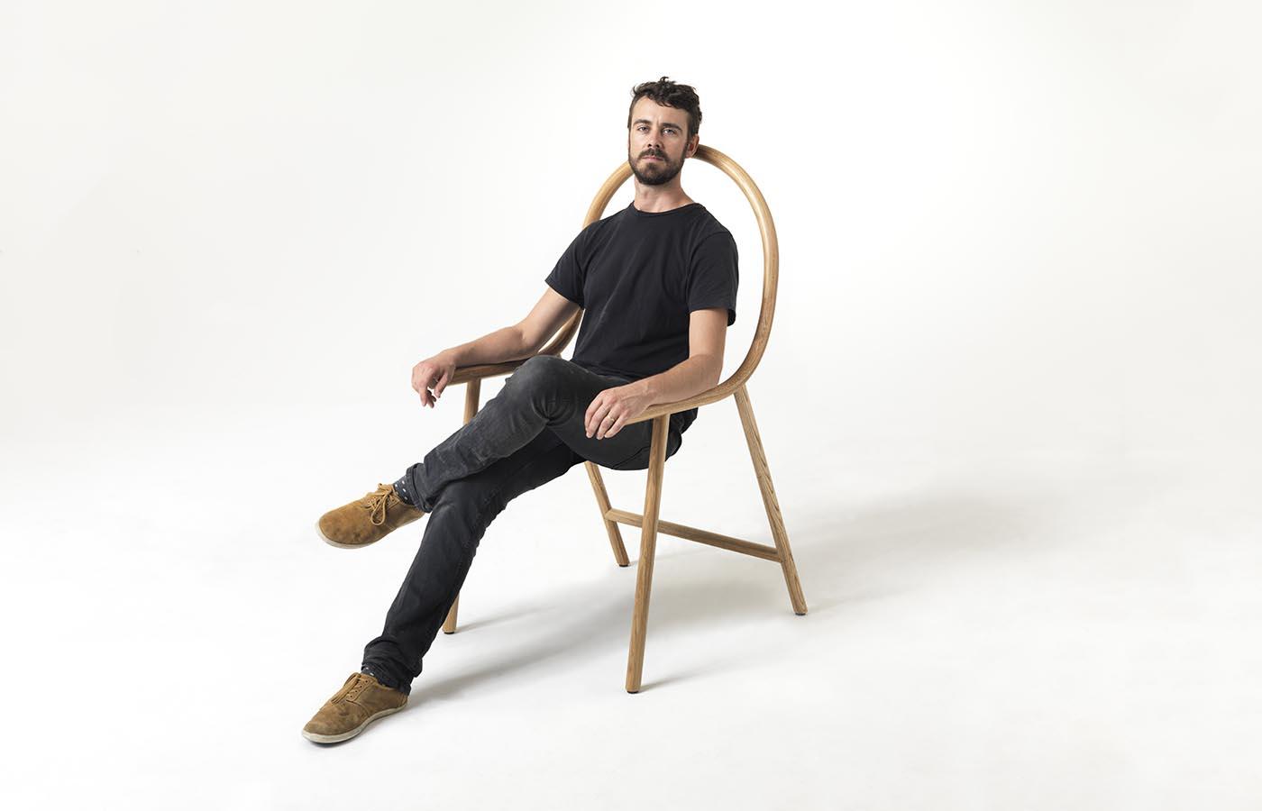 """Clark Bardsley """"sentado"""" sobre su """"no-silla""""."""