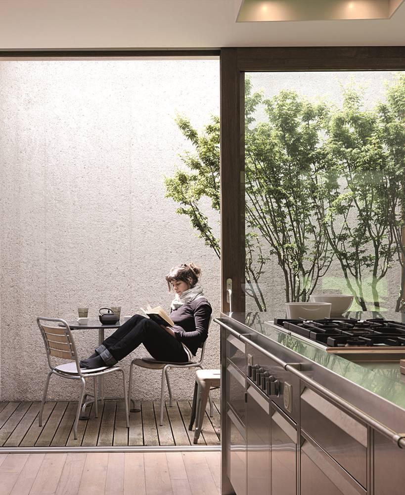 En el pequeño patio interior comunicado con la cocina se puede tomar relajadamente un café o leer con luz natural gracias a la abertura cenital.