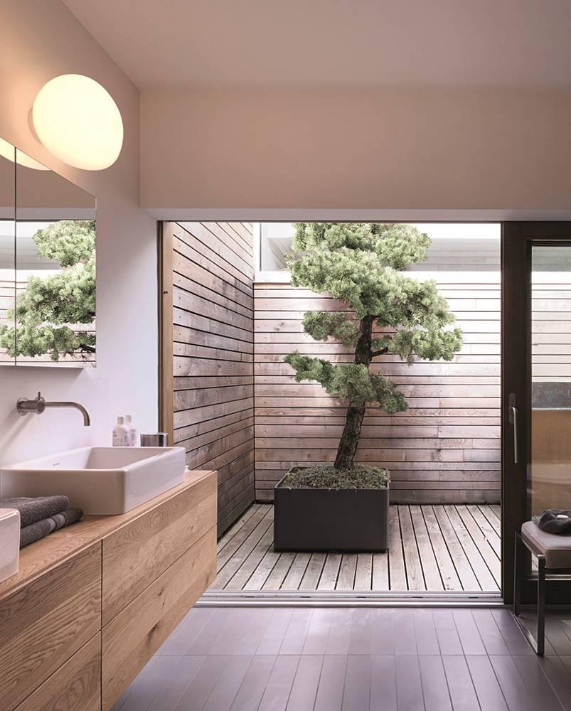 El mueble bajo-lavabo se ha realizado con roble, que también reviste el suelo. En el patio, madera tropical resistente a la intemperie.