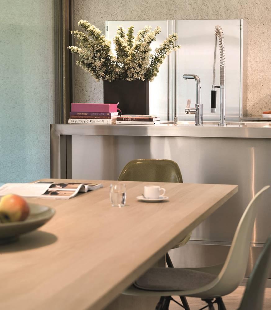 La mesa rectangular, de madera de roble, se combina con las sillas Plastic, diseñadas por los Eames y editadas por la firma Vitra.