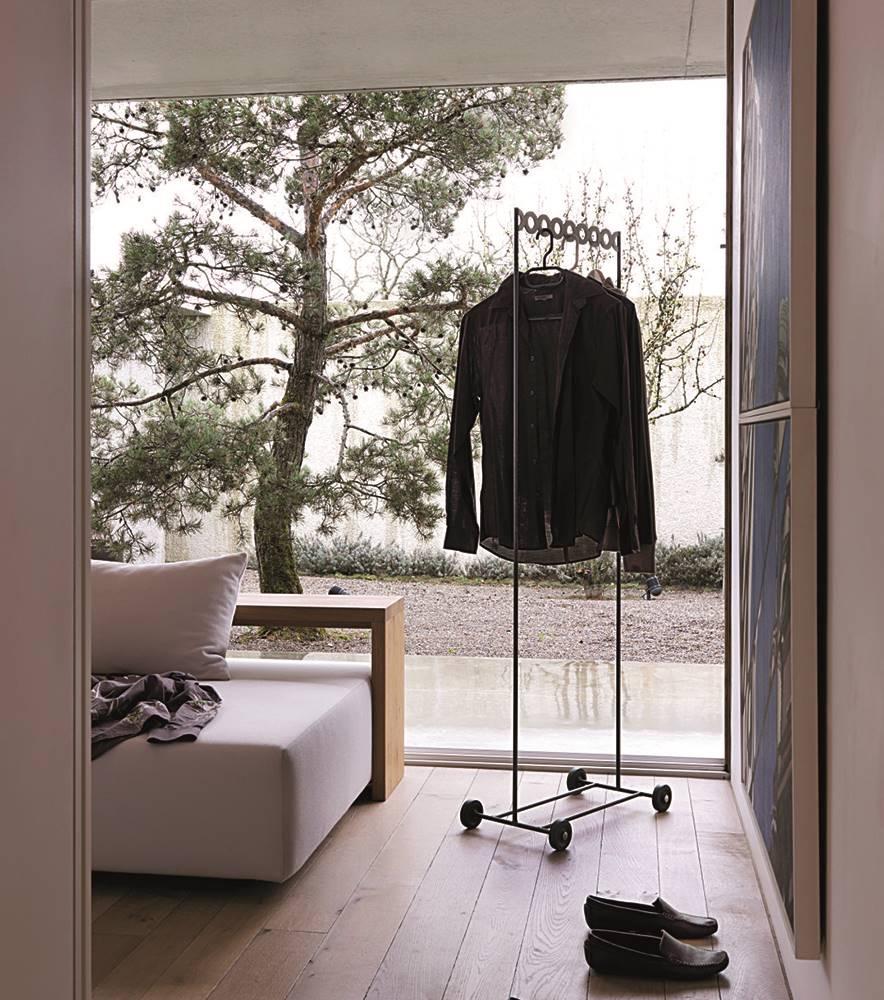 El dormitorio se ha organizado como una suite y se abre a la visión del jardín japonés y del bosque por medio de un paramento acristalado.