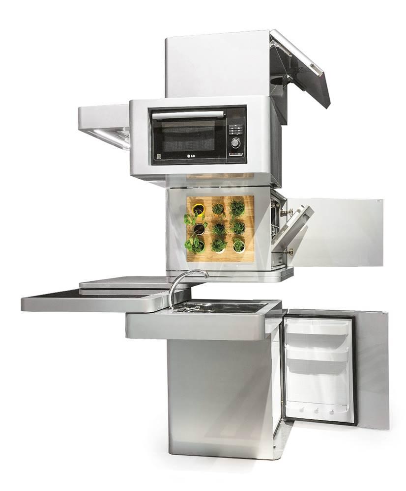 La Ecooking Vertical Kitchen, de Massimo Facchinetti para Clei, es un prototipo que contiene todos los elementos imprescindibles de una cocina en un módulo vertical. Los aparatos eléctricos están alimentados por paneles solares, y el agua del fregadero es filtrada y reutilizada en el lavavajillas.