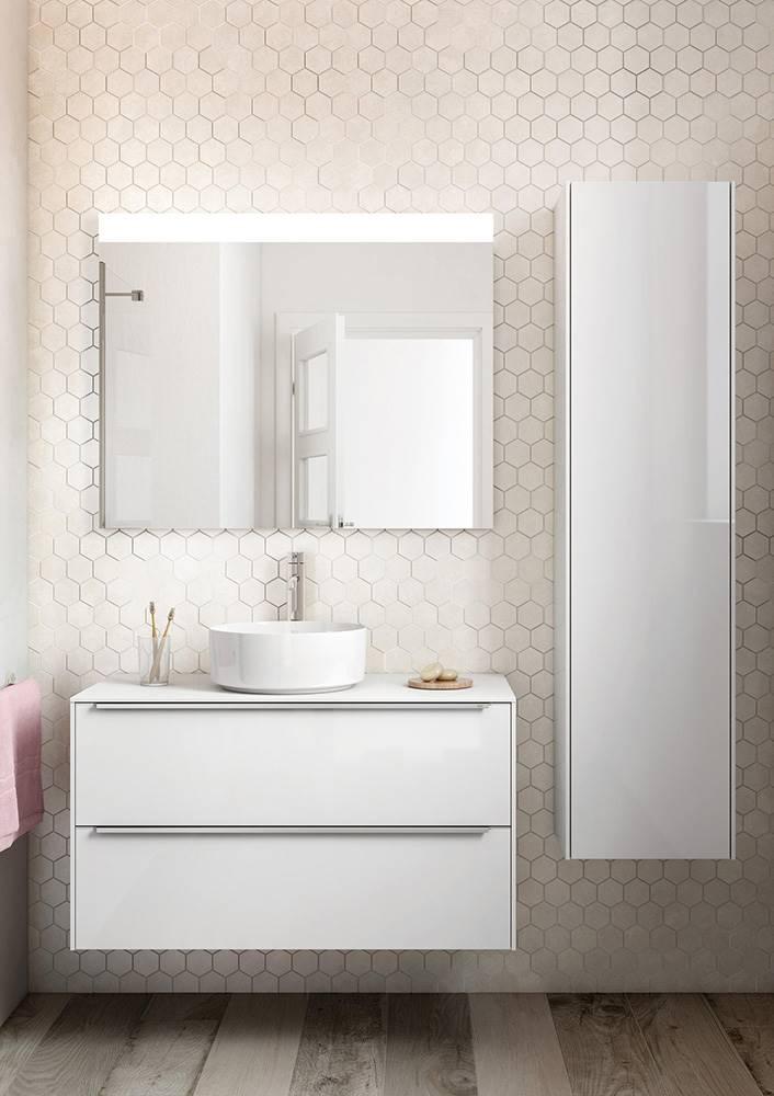 La colección Inspira, de Roca, incluye módulos columna de 400 x 300 x 1.600 mm con puerta de espejo.