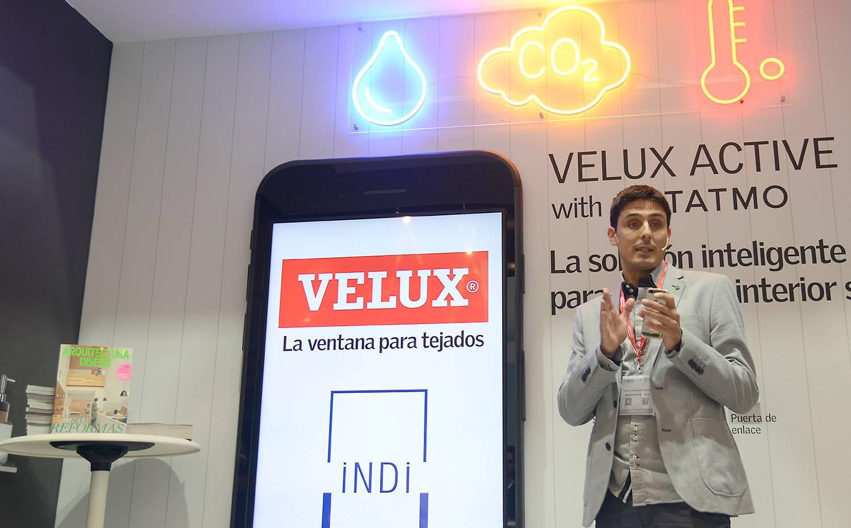 El arquitecto Rafa Hernández durante su conferencia en el estand de VELUX.
