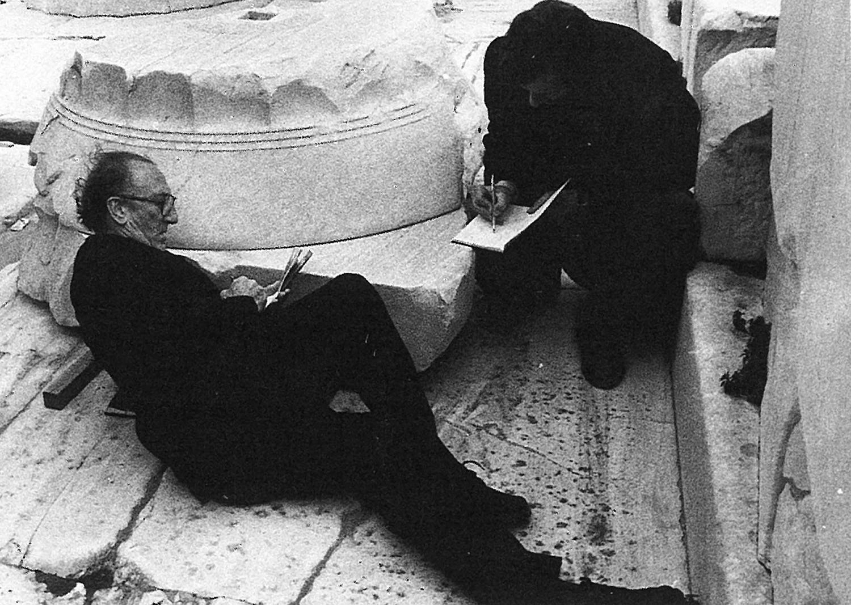 Sáenz de Oiza en el Partenón durante su viaje a Grecia de 1984.
