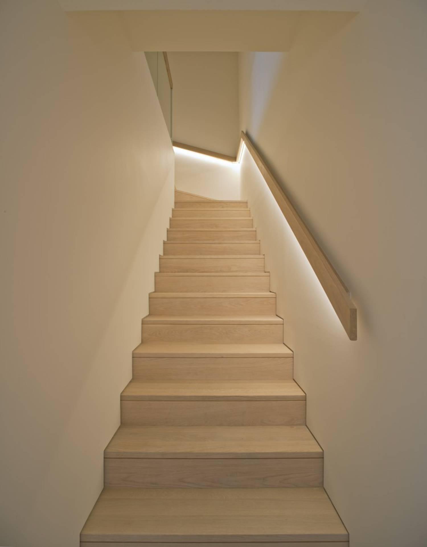 Proyecto de iluminación de una escalera mediante luz indirecta