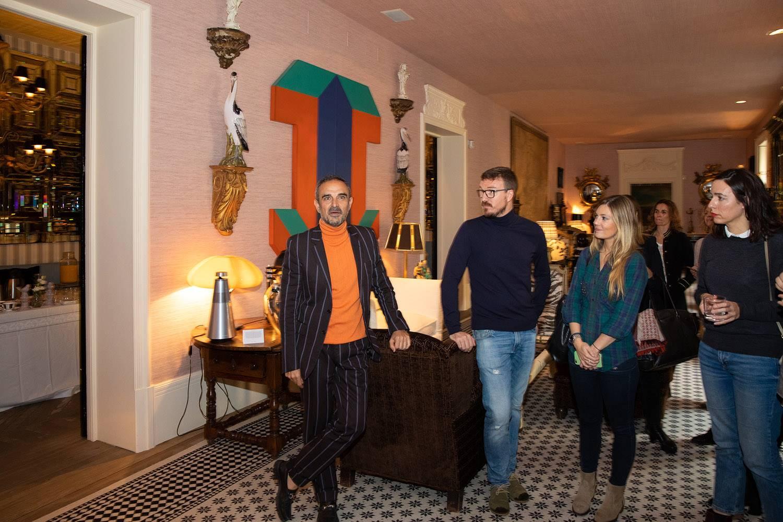 El interiorista Lorenzo Castillo durante la presentación en su casa-estudio de la Bronze Collection de Bang & Olufsen.