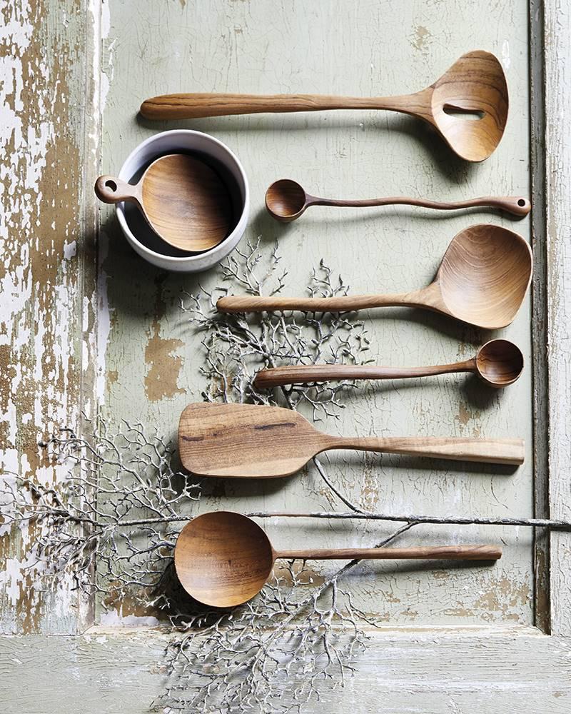 Juego de cucharas de cocina, cacillos y servicio. Elpronunciado veteado de la madera de cedro le imprime carácter.