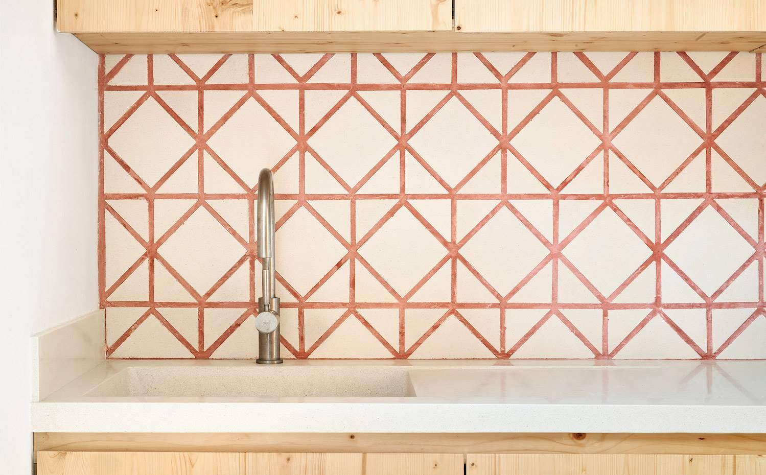 La firma de baldosas Huguet creó este diseño geométrico para un piso en Barcelona junto a los arquitectos TEd'A.