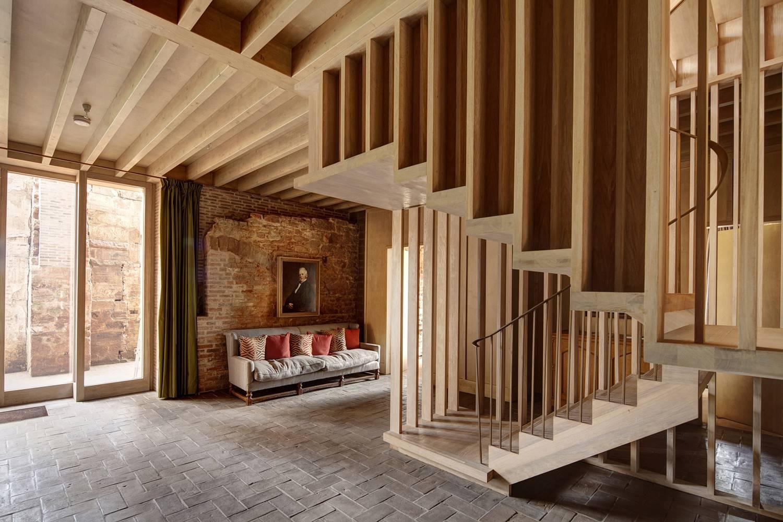 Cerrajerías exteriores y estructura de madera del rehabilitado en un castillo del Reino Unido.