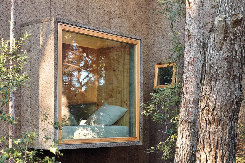 Casa con revestimiento exterior de corcho, de Emiliano López y Mónica Rivera.