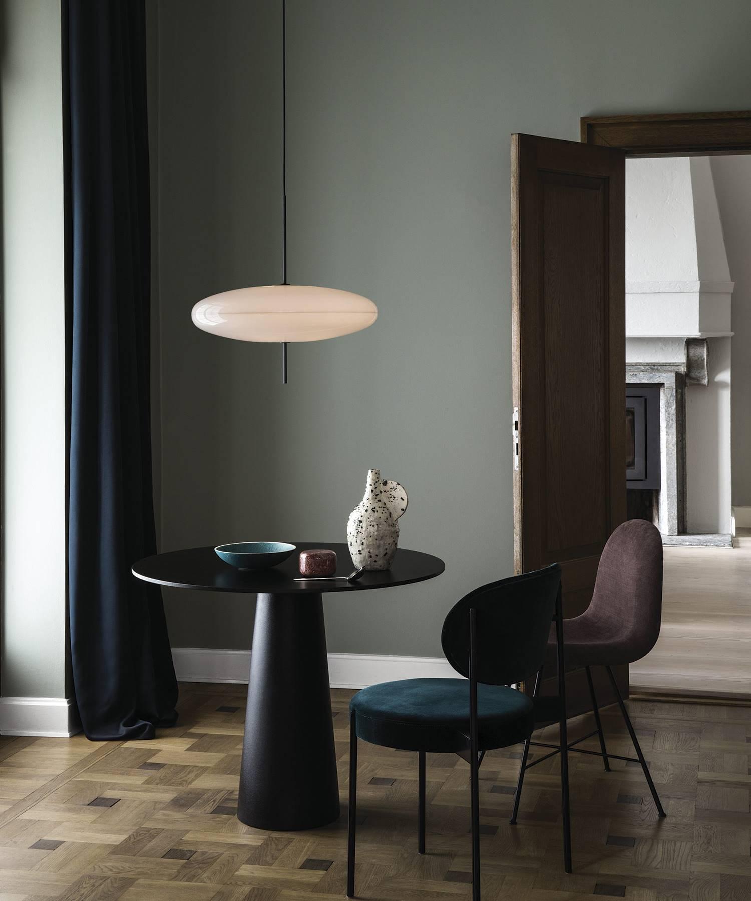 Combinación neutra de paredes y mobiliario.