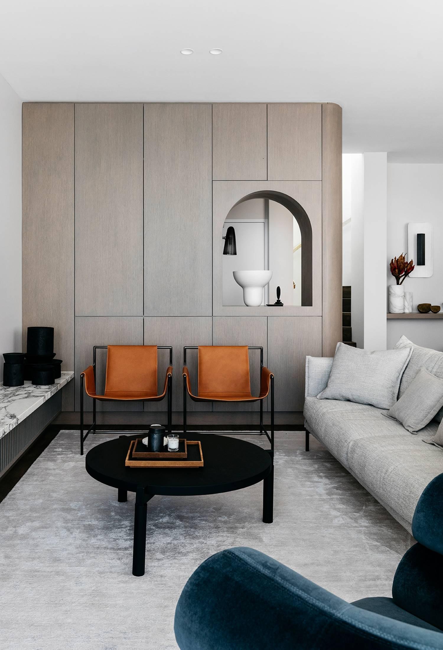 Interior combinado en diferentes tonalidades neutras y mobiliario de contrastes diseñado por Felix Forest.
