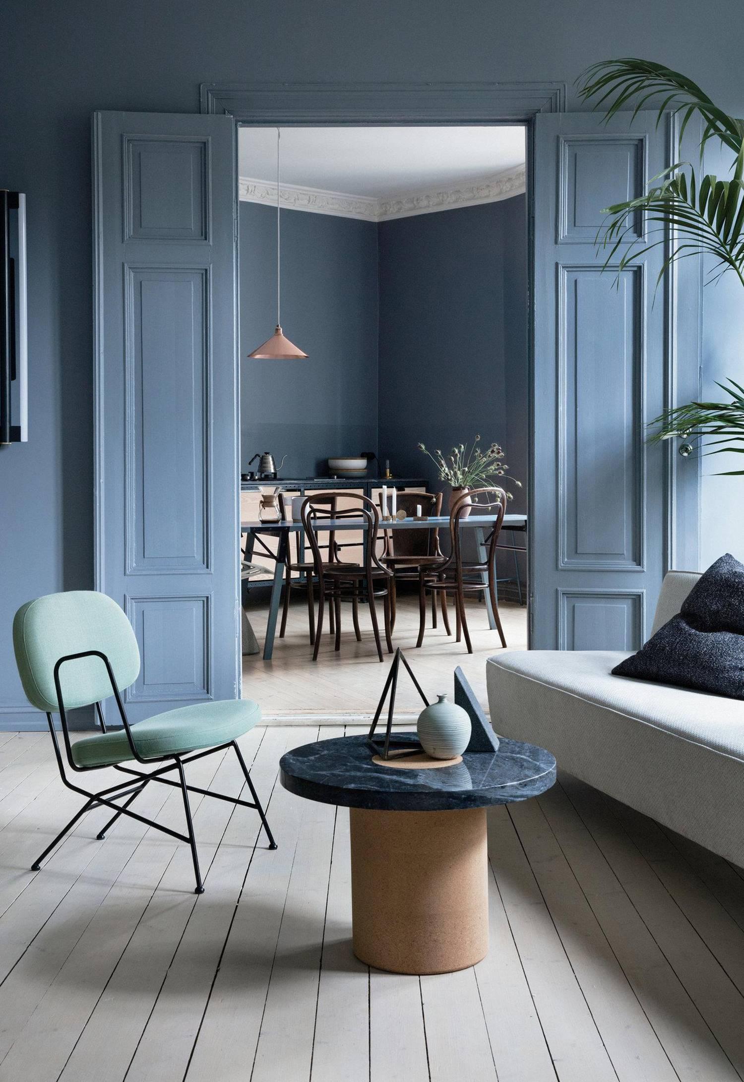 Interior neutro de paredes azul-grisáceas.