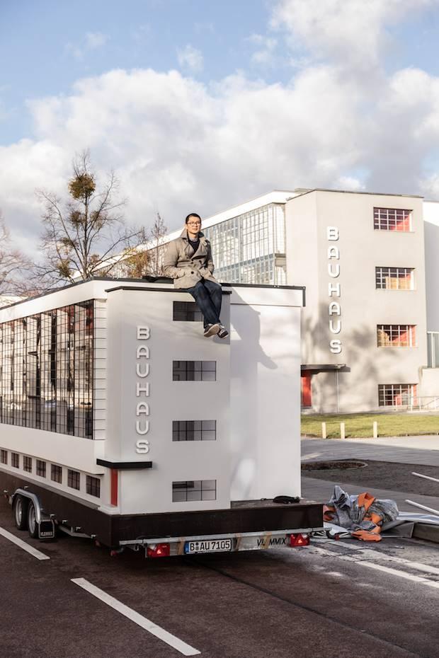 El autobús tiene en su interior un pequeño apartamento equipado con libros y documentos de la Bauhaus.
