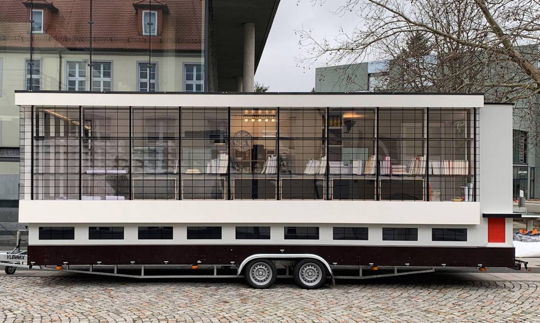 La fachada de cristal característica del edificio de Walter Gropius se mueve a través de Alemania durante la celebración del centenario de la escuela.