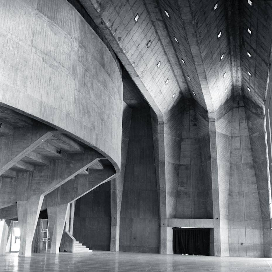 Interior del Tagore Memorial Hall en Ahmedabad (1967)