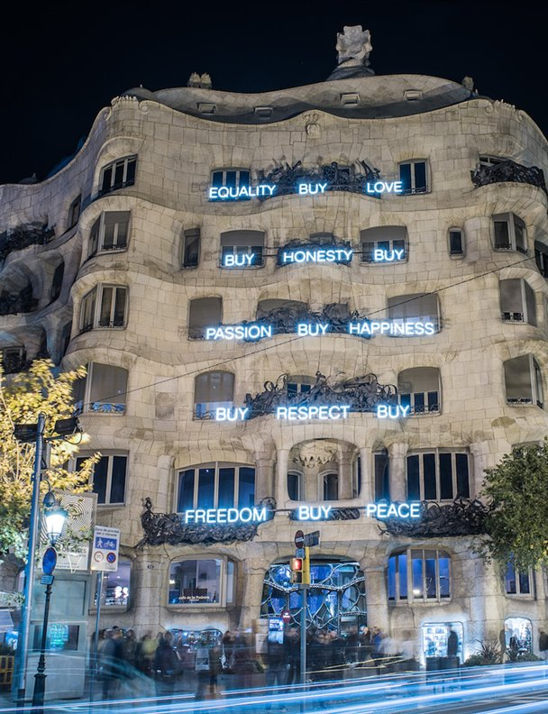 """Buy honesty"", dice la fachada de La Pedrera"