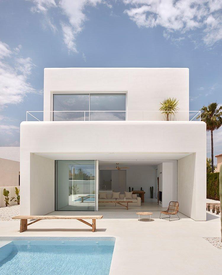 Una casa blanca para alquilar en vacaciones en Ibiza muy moderna